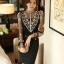 เสื้อผ้าลูกไม้ สีดำ หน้าอกเสื้อ แต่งด้วยผ้าโปร่งปักลายดอกไม้ และรูปโบว์ สีเหลือบทอง ประดับมุก thumbnail 2