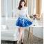 ชุดเดรสสั้นออกงาน ตัวเสื้อผ้าถักสีขาว แขนยาว กระโปรงผ้าชีฟองสีน้ำเงิน พร้อมสร้อยคอ thumbnail 2