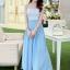 ชุดเดรสยาว แขนกุด ตัวเสื้อผ้าลูกไม้ลายดอกไม้ กระโปรงผ้าชีฟองสีฟ้า ช่วงเอวแต่งด้วยโลหะสีทอง thumbnail 1