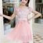 ชุดเดรสสวยๆ ตัวเสื้อผ้าลูกไม้ ปักสีชมพู พิมพ์ลายดอกกุหลาบ thumbnail 1