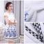 ชุดเดรสสั้น ผ้าไหมแก้วสีขาว ทอลายเส้นในตัว รอบคอเสื้อ และกระโปรงพิมพ์ลายดอกกุหลาบ สีฟ้าน้ำเงิน สวยมากๆ thumbnail 3