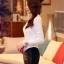 เสื้อไหมพรม ขนฟู สีขาว แขนยาว แต่งไหล่ขวาด้วยผ้าถักโครเชต์ลายดอกกุหลาบสีแดง ดีไซน์เก๋ thumbnail 5