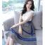 ชุดเดรสยาว ตัวเสื้อผ้าลูกไม้สีขาว ไหล่บ่าล้ำ รอบคอเสื้อและแขนเสื้อซับด้านในด้วยผ้าสีน้ำเงิน thumbnail 1