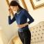 เสื้อแฟชั่น ผ้าคอตตอผสม แขนยาว สีน้ำเงิน แต่งคอเต่าซ้อนหลายชั้น ขอบสีทอง คอเสื้อแต่งด้วยมุกสีขาว thumbnail 4