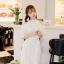 ชุดเดรสสีขาว ตัวชุดมีดีเทลเยอะสวยมากๆ ด้านนอกสุดของชุดเป็นผ้าลูกไม้ปักลายดอกไม้ thumbnail 4