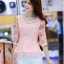 เสื้อแฟชั่นเกาหลี เสื้อผ้าชีฟองสีชมพู แขนเสื้อผ้าชีฟองลายดอกไม้ โทนสีแดง มาพร้อมเข็มกลัดสร้อยคอมุกสีขาว thumbnail 1