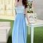 ชุดเดรสยาว แขนกุด ตัวเสื้อผ้าลูกไม้ลายดอกไม้ กระโปรงผ้าชีฟองสีฟ้า ช่วงเอวแต่งด้วยโลหะสีทอง thumbnail 2