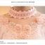 เสื้อผ้าลูกไม้สีชมพู แขนยาว รอบคอเสื้อแต่งด้วยผ้าถักและมุกสีขาว thumbnail 9