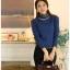 เสื้อแฟชั่น ผ้าคอตตอผสม แขนยาว สีน้ำเงิน แต่งคอเต่าซ้อนหลายชั้น ขอบสีทอง คอเสื้อแต่งด้วยมุกสีขาว thumbnail 2
