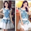 ชุดเดรสสั้น Brand Yimei ชุดเดรส ผ้าไหมลายผ้าย่นเล็กๆ สีขาว แขนบ่าล้ำ ตัวชุดด้านหน้าเป็นงานปักลายดอกไม้สีฟ้า สวยมากๆครับ (พร้อมส่ง) thumbnail 6