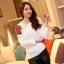เสื้อไหมพรม ขนฟู สีขาว แขนยาว แต่งไหล่ขวาด้วยผ้าถักโครเชต์ลายดอกกุหลาบสีแดง ดีไซน์เก๋ thumbnail 4