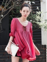 เสื้อผ้าฝ้ายสีแดง มีสายเชือกไขว้ที่อก แต่งไหมพรมถัก