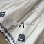 Lady Ribbon เดรสผ้าคอททอนสีขาว ปักลายน้ำเงิน ทรงคัฟทาน thumbnail 7
