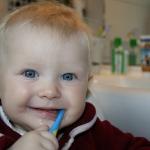 เราจะดูแลฟันของเด็กเล็กอย่างไร