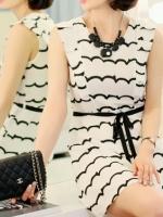 Cherry KOKO เดรสผ้าชีฟอง สีขาวพิมพ์ลายริ้วดำ พร้อมโบว์