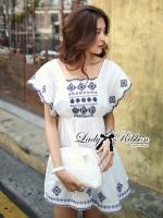 Lady Ribbon เดรสผ้าคอททอนสีขาว ปักลายน้ำเงิน ทรงคัฟทาน
